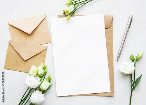 Fotografía  White eustoma flowers and envelopes