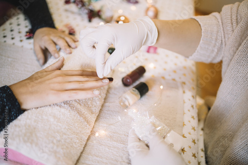 Fotomural  Beautician pouring white brocade over woman's nails