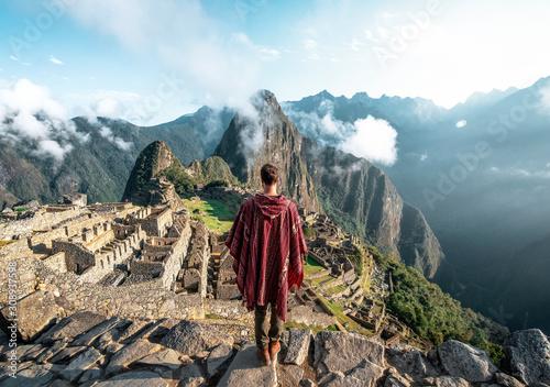 Fototapeta  Man observing the ruins of Machu Picchu obraz