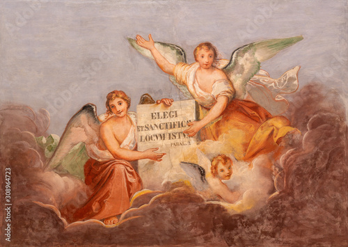 Fotografía COMO, ITALY - MAY 8, 2015: The fresco of angels with the inscription from Old Tstament from the ceiling of church Basilica di San Fedele