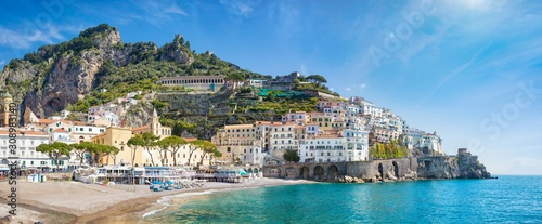 Photo Panoramic view of beautiful Amalfi on hills leading down to coast, comfortable beaches and azure sea in Campania, Italy