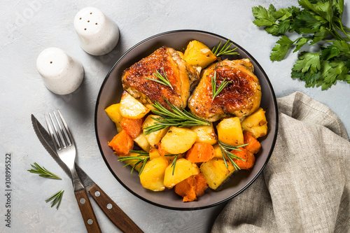 Obraz Baked chicken with vegetables top view. - fototapety do salonu