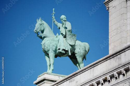 Fotomural Bronze statue of King Saint Louis IX on exterior of the Sacre Coeur