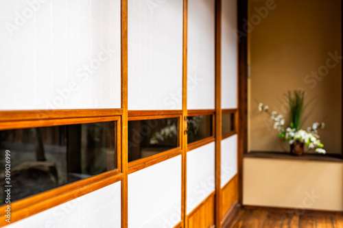 Photo Traditional japanese ryokan home with shoji sliding paper doors and ikebana flow