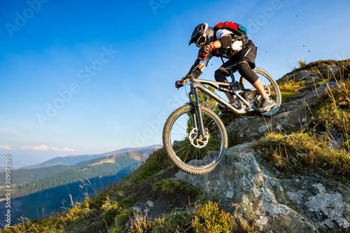 Foto A man is riding enduro bicycle.