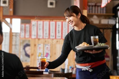 Fototapeta 居酒屋で働く女性の求人イメージ obraz