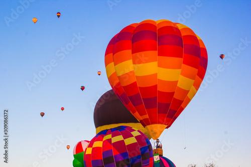globo aerostático al amanecer