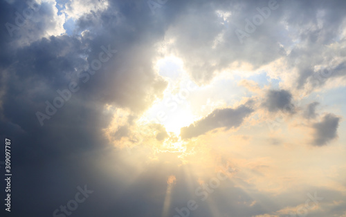 Photo Beautiful sunlight through a clouds on sky background at the evening