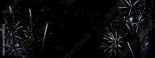 Silbernes abstraktes Feuerwerk auf schwarzem Grund-Neujahrsgrusskarte, Silvesterhintergrund mit viel Textfreiraum