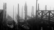 Gondeln im Nebel in Venedig, schwarz-weiß,  Nebel am Markusplatz in Venedig italien