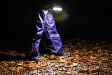 Kind Läuft Mit Taschenlampe D...