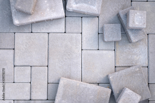Photo Laying gray concrete paving stones on house courtyard