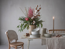 Tisch Wird Festlich Gedeckt Zur Weihnachts- Und Winterzeit Mit Großer Blumendekoration