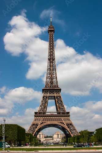 The Iconic Eiffel Tower, Paris, France. Fotomurales