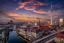 Panorama Der Skyline Von Berlin, Deutschland, Bei Sonnenuntergang Mit Dem Fluss Spree, Berliner Dom Und Alexanderplatz