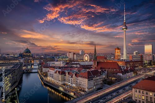 Panorama der Skyline von Berlin, Deutschland, bei Sonnenuntergang mit dem Fluss Wallpaper Mural