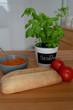 Brotzeit mit Chiabatta, Tomatenbutter und Basilikum