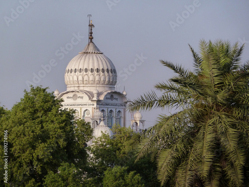 Fotografia, Obraz Partial view of the white marble dome of the Gurdwara Damdama Sahib, a place of workship for the Sikhs