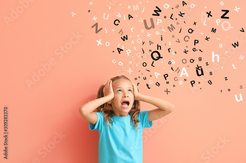 Photo Surprised little girl on color background