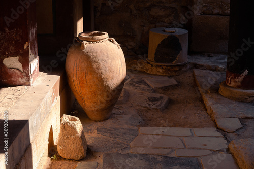 Foto Casual view on the Knossos temple ruins elements in Heraklion, Greece