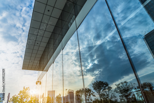 Photographie Reflection of architecture on modern office building