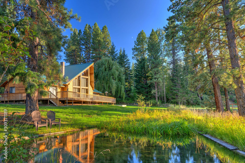 Photo Luxury Cedar cabin home with Large porch, pine trees and pond