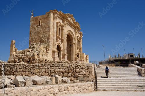 Photo 2nd century Arch of Hadrian at ruins of Ancient Roman City Gerasa In Jerash, Jor