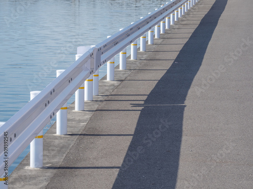 Fototapeta Guardrail along The River, 川沿いのガードレール obraz