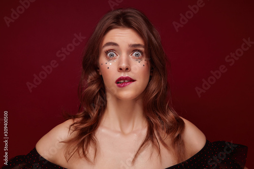 Obraz na plátně  Indoor photo of confused young brunette woman with wavy hairstyle and silver lit