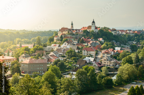 Canvastavla Panorama of the city of Nove Mesto Nad Metuji with the castle on the top of the hill