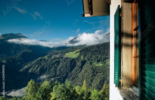 Photo  beautiful morning in the Swiss Alps near Castiel