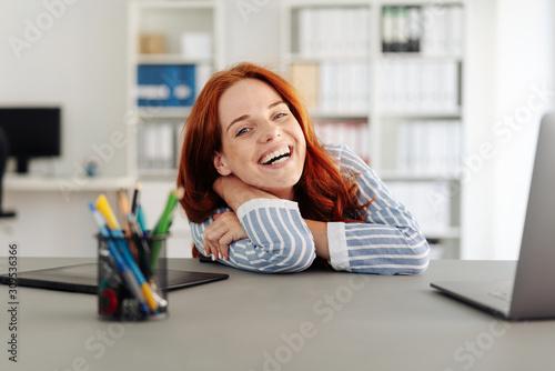 Cuadros en Lienzo Happy friendly young businesswoman