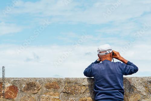 Cuadros en Lienzo un homme regardant au loin avec des jumelles d'approche