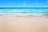 Fototapeta Fototapety z morzem do Twojej sypialni - white sandy tropical summer beach background