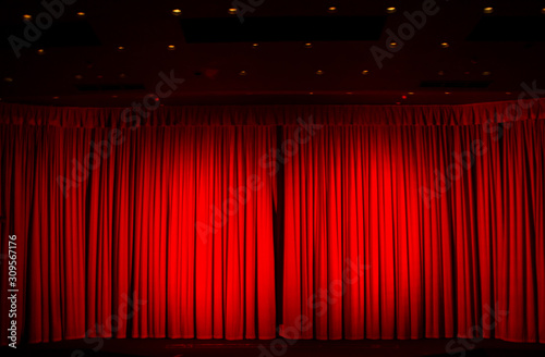 Photo The moment of excitement and anticipation in the darkened theatre or cinema wait
