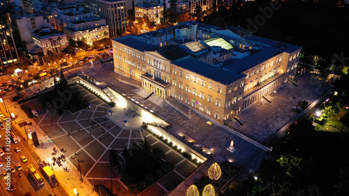 Photo Aerial drone night shot of iconic illuminated Greek Parliament building as seen
