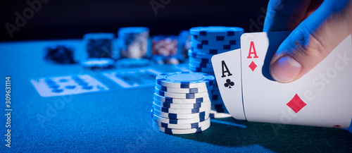 Man plays poker in the casino Fototapet