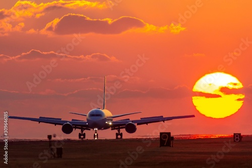 Photo 最高に美しい夕日空と飛行機  The most beautiful sunset sky and airplane