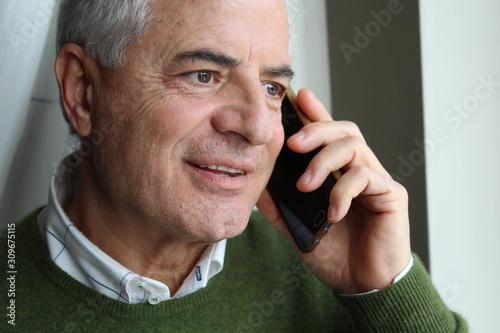 Anziano al telefono - comunicare Tapéta, Fotótapéta
