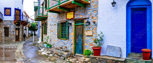 Typowe uliczki starych tradycyjnych wiosek Grecji - wyspa Alonissos, wioska Chora. Sporady