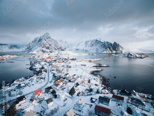 Foto Reine, aerial view with snow. Lofoten Islands, Norway