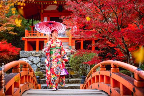 Foto Japanese girl in kimono traditional dress walk in red bridge