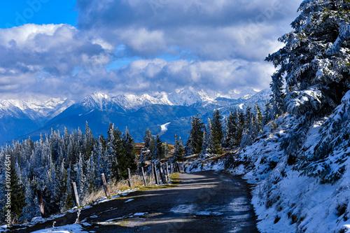 Ausblick auf eine Tolle Winterlandschaft beim Abstieg eines Berg Wallpaper Mural