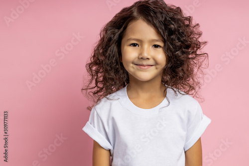 Valokuvatapetti Portrait of a pretty curly little girl