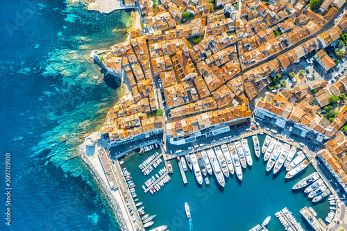 Платно View of the city of Saint-Tropez, Provence, Cote d'Azur, a popular destination f