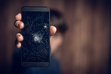 Zerstörtes Handy Wird In Hand...