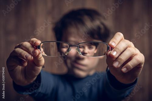 Cuadros en Lienzo Kind hällt Brille vors Gesicht