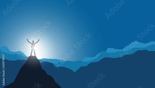 Photo uomo in vetta alla montagna, vincere sfida, raggiungere traguardo