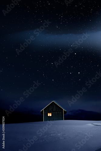 Weihnachtlich beleuchtete Hütte in Kalter Winternacht mit Sternenhimmel - 309807924