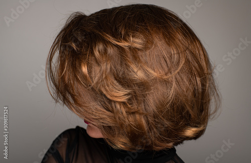 Fotografía Brunette girl with shiny hair. Beautiful woman with bob haircut